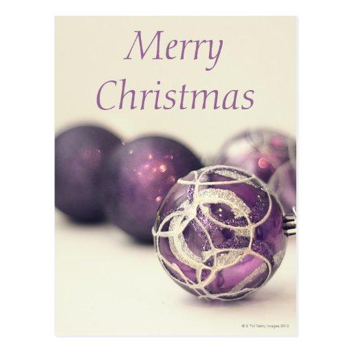 Decoración del navidad en la superficie blanca postal