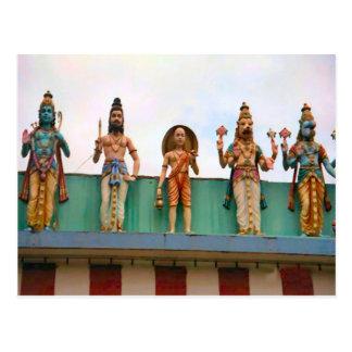 Decoración del templo hindú, devotos en el fascade postal