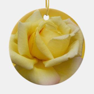 Decoración subió personalizada ornamento del rosa adorno navideño redondo de cerámica