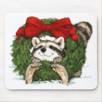 Decoración y mapache de la guirnalda del navidad alfombrilla de ratón