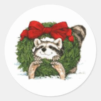 Decoración y mapache de la guirnalda del navidad pegatina redonda