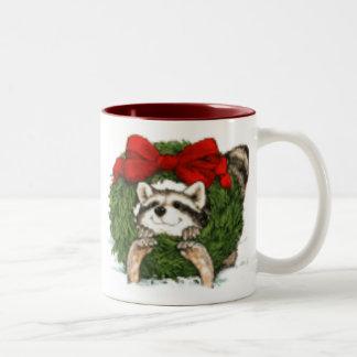 Decoración y mapache de la guirnalda del navidad taza