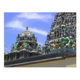 Decoraciones del templo hindú en el tejado postal