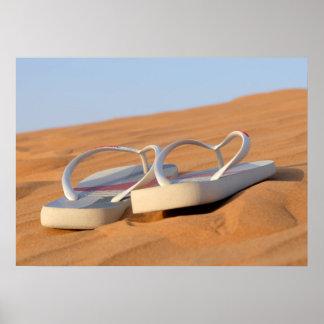 Decúbito sobre las arenas del desierto póster