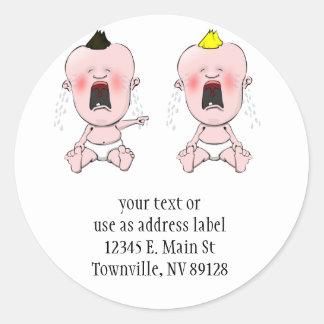 Dedo que señala al bebé del grito pegatina redonda