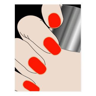 Dedos femeninos con el barniz rojo postal