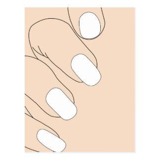 Dedos femeninos con la manicura francesa postal