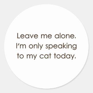 Déjeme me solo están hablando solamente a mi gato pegatina redonda