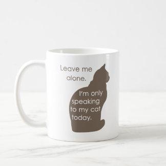 Déjeme me solo están hablando solamente a mi gato  taza básica blanca