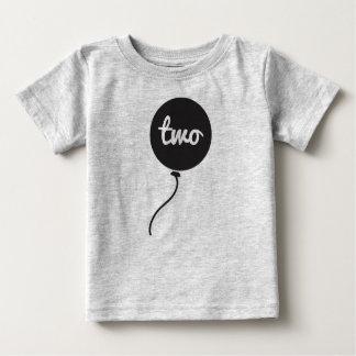 Del bebé gris de la camisa el   del cumpleaños en