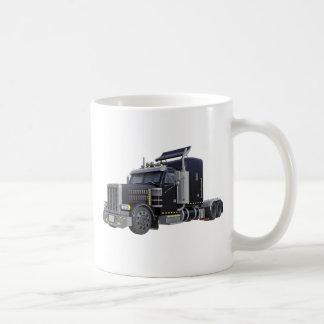 Del negro camión semi con las luces encendido en taza de café