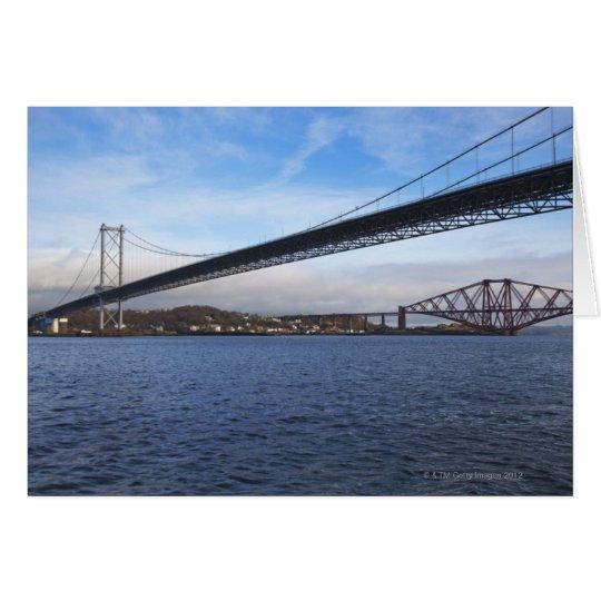 Del primero plano el puente del camino adelante es tarjeta de felicitación