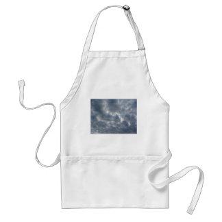 Delantal Cielo caliente con las nubes de cumulonimbus de