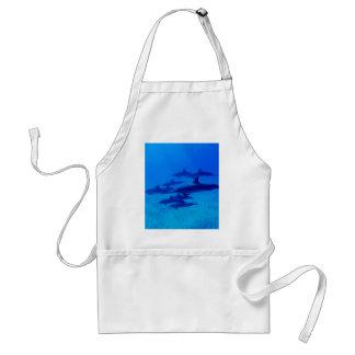 Delantal Delfínes que nadan en el mar azul