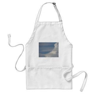 Delantal Nubes blancas suaves contra fondo del cielo azul