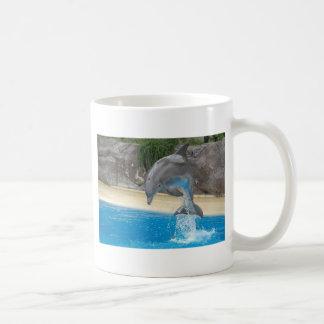 Delfín de salto taza de café
