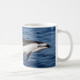 Delfín echado a un lado blanco pacífico 2 taza de café
