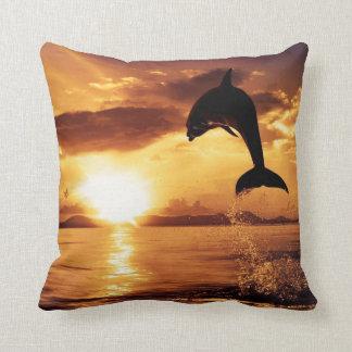Delfín hermoso en la almohada de tiro de la puesta