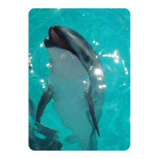 Delfín llamativo en piscina azulverde invitación 12,7 x 17,8 cm