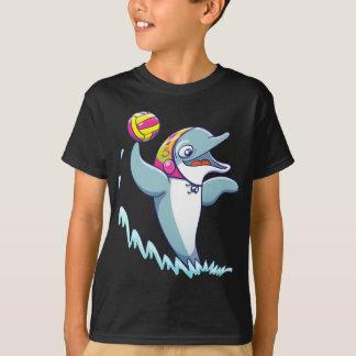 Delfín que lanza la bola mientras que juega water camiseta
