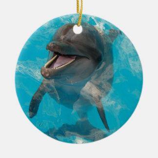 Delfín sonriente adorno navideño redondo de cerámica