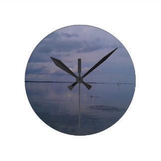 Delfínes de río pacíficos reloj redondo mediano