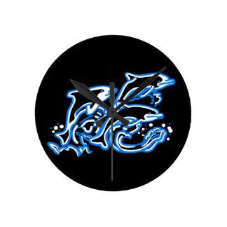 Delfínes en el juego reloj redondo mediano