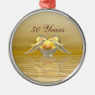 Delfínes y corazón de oro del aniversario adorno redondo plateado