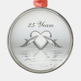 Delfínes y corazón de plata del aniversario adorno redondo plateado