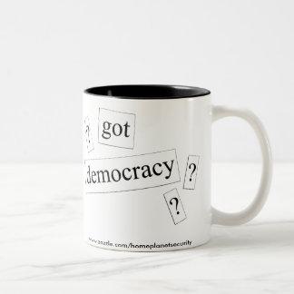 ¿democracia conseguida? taza de café de dos colores