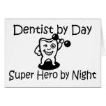 Dentista del superhéroe del día por noche felicitacion