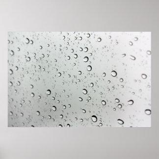 Descensos del agua sobre el vidrio póster