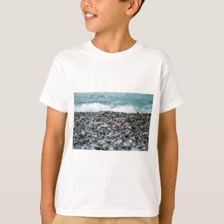 Desplome de las ondas en orilla rocosa camiseta