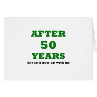 Después de 50 años ella todavía me toleró tarjeta de felicitación