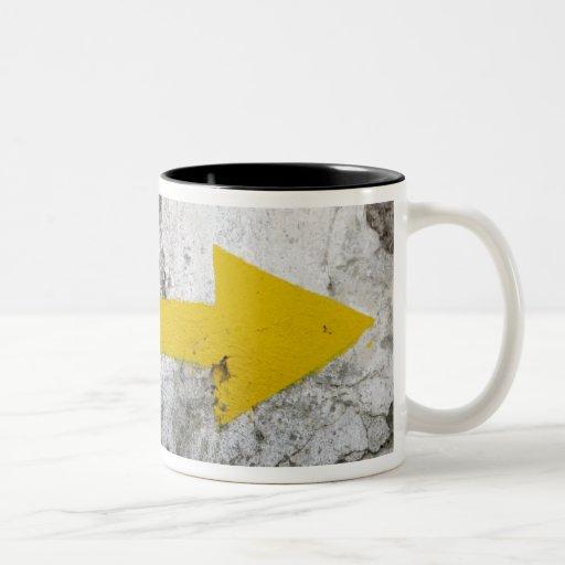 Después de la taza amarilla de las flechas