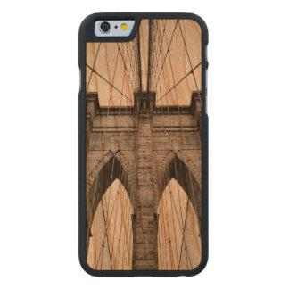 Detalle arquitectónico del primer del puente de funda fina de cerezo para iPhone 6 de carved