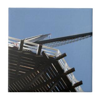 Detalle de un molino de viento holandés azulejo cuadrado pequeño