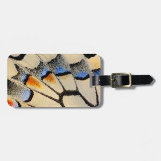 Detalle del ala de la mariposa del color crema etiquetas para maletas
