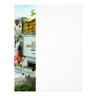 Detrás del primer del coche de bomberos tarjetas informativas