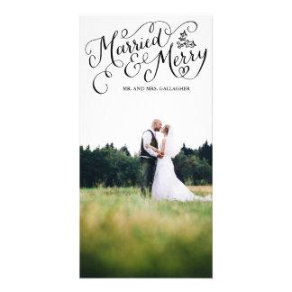Día de fiesta indicado con letras casado y feliz tarjeta fotografica personalizada