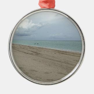 Día de la playa adorno redondo plateado