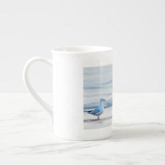 Día de la playa para la gaviota taza de té