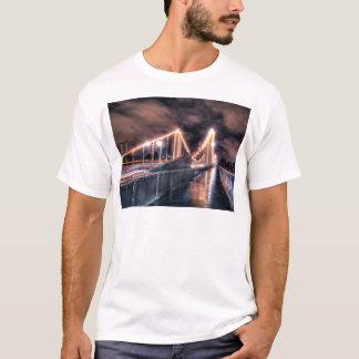 Día lluvioso en el puente de Chelsea, Londres Camiseta