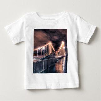 Día lluvioso en el puente de Chelsea, Londres Camiseta De Bebé