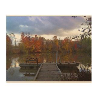 Día pacífico del otoño por la línea de la playa impresiones en madera