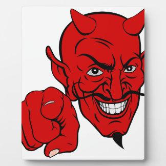 Diablo que señala el personaje de dibujos animados placa expositora