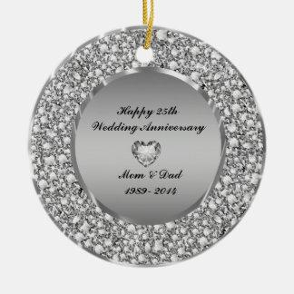 Diamantes y 25to aniversario de boda de la plata adorno redondo de cerámica