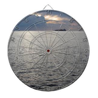 Diana Puesta del sol caliente del mar con el buque de