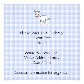 Dibujo animado blanco de la vaca. Fondo azul de la Invitación 13,3 Cm X 13,3cm