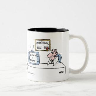 Dibujo animado divertido del ortopedista para el taza de café de dos colores